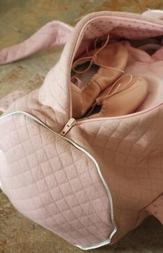 A dance Bag tutorial 1 of 2 Coin Couture, Couture Sewing, Couture Bags, Ballet Inspired Fashion, Ballet Bag, Do It Yourself Baby, Diy Sac, Creation Couture, Sewing Accessories