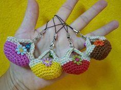 Mini-crocheted purses!  Wenn man etwas geübt ist, bekommt man diese Täschchen auch ohne Anleitung gehäkelt