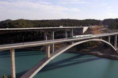 Tren de pruebas de Adif (BT) sobre el viaducto de Contreras, durante las pruebas previas a la explotación de la línea a Valencia. Fecha: 03-09-2009