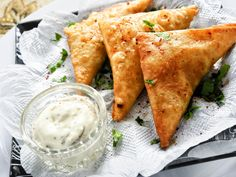 Serve delicious puff pastry appetizers at your next party for an impressive starter and a delicious snack. Puff Pastry Appetizers, Puff Pastry Recipes, Sambusak Recipe, Mexican Food Recipes, Snack Recipes, Ethnic Recipes, Appetizer Recipes, Tapas, Homemade Chicken Salads