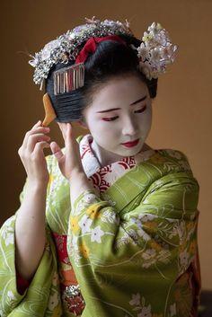 Umehina - Twitter Search / Twitter Art Geisha, Geisha Kunst, Geisha Japan, Japanese Beauty, Japanese Fashion, Japanese Girl, Maid Cosplay, Memoirs Of A Geisha, Kimono Japan