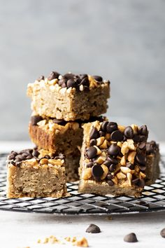 Carrés au beurre d'arachide et chocolat - K pour Katrine Desserts With Biscuits, Cookies Et Biscuits, Barres Dessert, Biscuit Recipe, Gluten, Clean Eating, Brunch, Yummy Food, Sweets