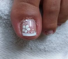 The advantage of the gel is that it allows you to enjoy your French manicure for a long time. There are four different ways to make a French manicure on gel nails. Toenail Art Designs, Pedicure Designs, Pedicure Nail Art, Toe Nail Art, Manicure, Pretty Toe Nails, Cute Toe Nails, Flower Toe Nails, Feet Nail Design