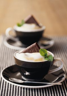 After Eight Coffee, once dinner is finished, is a great way to delight your guests. This refreshing mint chocolate dessert drink blends the cereal notes of Nespresso& Grand Cru and the roundness of crumbled nougat. Dessert Drinks, Yummy Drinks, Yummy Food, Delicious Recipes, Chocolate Coffee, Mint Chocolate, Coffee Cafe, Coffee Drinks, Mint Coffee