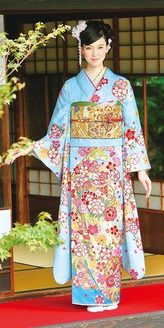 青の振袖(57番)。柴宗の振袖カタログより。 Japanese Costume, Japanese Kimono, Japanese Girl, Yukata Kimono, Kimono Dress, Japanese Outfits, Japanese Fashion, Kimono Design, Wedding Kimono