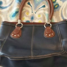 Navy blue Relic Purse This is a navy blue with brown trim Relic bag. In awesome shape with no tears or holes. Very clean! Has a huge middle pocket and one zipper pocket on the inside, as well as a pocket for cell phone. Two side pockets for additional space to store things Relic  Bags Satchels