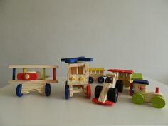 Veja a DESCRIÇÃO DO PRODUTO e veja porque COMPRAR com a gente: <br> <br>Contém 4 brinquedos para pronta entrega: <br> <br>- helicóptero: 17 cm de comprimento, 11 cm de altura e 10 cm de largura <br> <br>- avião: 17 cm de comprimento, 15 cm de largura (asa) e 10 cm de altura <br> <br>- trenzinho locomotiva com 3 vagões: 46 cm de comprimento (com os cordões que unem os vagões esticados) / 4 cm de largura / 6 cm de altura / 35 cm de comprimento na embalagem (com os vagões juntos) <br> <br…