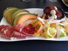 Voici une recette fraîche à adapter selon vos envies.Cette assiette de salades composées italiennes fera l'affaire pour un repas du soir ou pour une entrée (en plus petite quantité ou pour de…