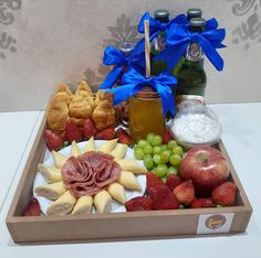 Snack Platter, Merian, Snack Recipes, Snacks, Boyfriend Anniversary Gifts, Picnic In The Park, Charcuterie Board, Food Design, No Bake Cake