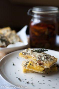 Disturbingly Delicious - Batoane de Mămăligă cu Roșii Uscate, Gorgonzola și Ierburi Aromatice