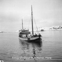"""Fiskebåten m/k """"Boknasund"""" (R-11-B) frå Bokn kommune i Rogaland fullasta av sild, på veg til kai i Florø. På biletet kan ein sjå dekkslasta av sild, i bingar på dekket. """"Boknasund"""" var 82 fot lang, 18 fot brei og 8,5 fot djup, bygd av tre i 1944 og ombygd i 1952, maskin 120 hk Union. Eigar av Boknasund var Tor Alvestad m.fl., Føresvik. R 11, Sailing Ships, Kai, Flora, Plants, Sailboat, Tall Ships, Chicken"""