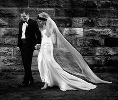 photo de mariage élégante en noir et blanc: fond en mur en pierre