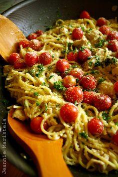 Espaguete no alho molho com ervas e limão frango marinado e tomate cereja Ingredientes: 500 gramas macarrão espaguete (cozido al dente) 1 libra filés de peito de frango (cortado em pedaços 1 polegada) para a marinada de frango: 2 colheres de chá de tomilho fresco picado 2 colheres de chá fresco alecrim picado (se estiver usando secos, use metade da quantidade) Zest de 1 limão suco de ½ limão azeite de oliva 1 colher de chá de sal grosso virgem 2 colheres extra (sal não tabela) ½ colher de…