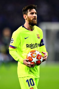 LYON, FRANCE FEBRUARY Lionel Messi of FC Barcelona holds the ball during the UEFA Champions League Round of 16 First Leg match between Olympique Lyonnais and FC Barcelona at Groupama Stadium on February 2019 in Lyon, France. Messi News, Lional Messi, Messi Soccer, Neymar, Fc Barcelona, Lionel Messi Family, Lionel Messi Wallpapers, Messi Argentina, Argentina National Team