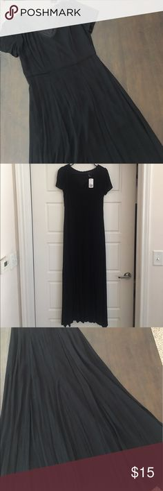 """🖤 Forever 21 Black Maxi Dress with Split F21 black short sleeve maxi dress with split in center. The material is like a light weight crepe. I'm 5'4"""" and this is ankle length on me. It zips up in the back. Forever 21 Dresses Maxi"""