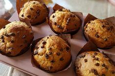 I muffin con gocce di cioccolato e yogurt greco sono ideali per la colazione o per la merenda di tutta la famiglia. Ecco la ricetta