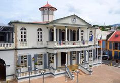 Hôtel de ville de Basse-Terre, en Guadeloupe, où un cadran d'horloge Bodet est installé sur son fronton.