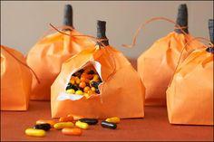 Esta original mesa tipo buffet para Halloween ha sido diseñada por Amy Atlas, una mujer que vive en Nueva York y que se dedica a preparar y decorar fiestas para todo tipo de ocasiones y eventos.En su página pueden verse fotos de sus creaciones, que son realmente impresionantes. Los postres y aperitivos que presenta son …