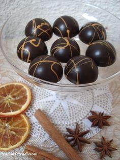Igazi karácsonyi bonbon: egy réteg fahéjas-narancsos karamellakrém és egy réteg mézeskalácsfűszeres étcsokiganache. A Kifőztük decemberi s...