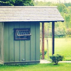 Create your own outhouse or DIY storage shed or DIY outbuilding . Get inspired to create your own little cabin ! Shed Plans 8x10, Shed Floor Plans, Building An Outhouse, Building A Shed, Outside Showers, Diy Storage Shed, Run In Shed, Large Sheds, Composting Toilet