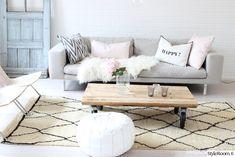"""Tässä """"SannaInspiredByLove"""" olohuoneessa yhdistyy hauskasti erilaisia yksityiskohtia, kuten marokkolainen matto ja suomalainen sohva. Inspiroivaa! #styleroom #inspiroivakoti #olohuone #livingroom"""