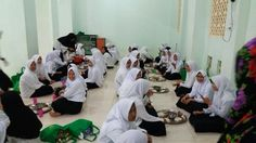 situasi saat makan bersama Maba 2017 Di Pesantren Darul Mukhlisin Padang Lampe, Pangkep.