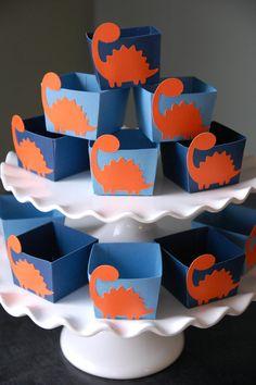Cajitas de dinosaurios para los dulces o sorpresitas para los invitados.                                                                                                                                                      Más