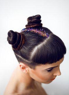 Hair Glitter Inspiration that will you away! Undercut Hairstyles, Pixie Hairstyles, Braided Hairstyles, Glitter Roots, Glitter Hair, Glitter Eyeshadow, Blow Hair Salon, Model Victoria, Lehenga