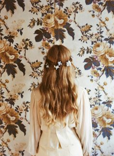 ふわふわの巻き髪やゆるく縛ったヘアアレンジは、寒い季節にぴったり。今回はそんな女性らしさが際立つゆる可愛いセルフアレンジをまとめてみました。