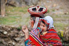 Mujer y bebé quechuas en un pueblo en los Andes, Ollantaytambo, Imagen editorial