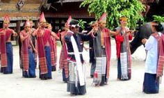 Jual Tiket Pesawat: Tari Tor-Tor  Tari Tor-Tor merupakan salah satu tarian khas Suku Batak yang ada di Sumatera Utara, tepatnya daerah Mandailing. Tarian ini konon sudah ada di kawasan Sumatera Utara sejak abad ke-13. Tarian ini terus diturunkan dari generasi ke generasi berikutnya sehingga masih sangat terkenal hingga sekarang. Tari Tor-Tor dulunya digunakan dalam acara ritual yang berhubungan dengan roh.