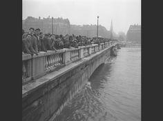 Sur le pont de l'Alma, le 23 janvier 1955. La Seine atteint alors 7,24 mètres.  (Philippe Bataillon/INA/AFP)