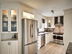Les insertions vitrées apportent légèreté et luminosité à une cuisine ! Kitchen Cabinets, Design, Home Decor, Decoration Home, Room Decor, Kitchen Cupboards, Interior Design, Design Comics, Home Interiors