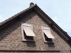Zwillingsfenster mit ausgestellten Rollläden in einer Klinkerfassade in Großauheim am Main in Hessen