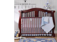 El enfoque principal del sitio del bebé es que sea dulce y tierno. Pero dado que el espacio es para dormir, una cuna en colores oscuros es una excelente manera de contrarrestar la gran cantidad de luz natural que fluye en las ventanas de la casa.