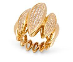Anillo Oro y Diamantes LANZADERA NICOL´S. Sortija con piezas en forma de lanzadera, de 35mm de ancho total, con tres piezas en microengaste. Fabricada en oro amarillo, diamantes blancos de 1.98ct.