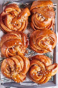 Svéd kardamomos tekercs | Street Kitchen Sweet Life, Superfoods, Muffin, Drinks, Jewelry, Drinking, Dolce Vita, Beverages, Jewlery