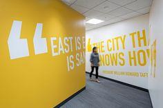 Яркий интерьер офиса Stafford House - стены с цитатами