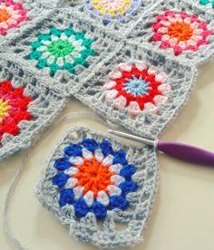 Allereerst: alle nieuwe volgers van harte welkom ! De Flower Power Blanket vordert gestaag. Overdag haken is soms wa...