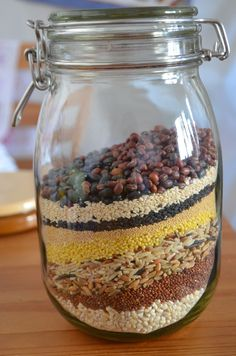 <雑穀米>ドイツでできる12穀米ブレンド    ドイツ在住の我が家でも雑穀米が食べたいという思いから、オリジナルブレンドにたどり着きました。今では我が家の定番に♪    材料 (1.8Lのガラス瓶8分目) 丸麦 -Perl Graupen- 250g 3種ブレンド米(玄米・赤米・黒米)-Reismischung mit Wildreis-200g 緑米 -Grünkern- 200g きび -Hirese- 120g アマラント -Amaranth- 120g キノア -Quinoa- 120g 白ゴマ 50g 黒ゴマ 50g 黒豆 -Schwarze Bohnen- 50g 小豆 -Rot Bohnen- 50g 作り方 1  保存瓶に、材料をすべて計量して入れ、混ぜ合わせればできあがり。 2  米1合に対して、雑穀米大さじ1が目安です。同量の水を追加で入れて、あとはいつも通りに炊飯するだけ♪……