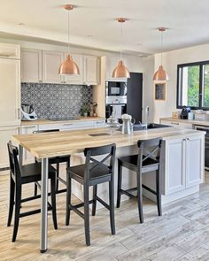 Ilot cuisine au style farmhouse Farmhouse style kitchen island To inspire you and make you want to organize your fitted kitchen, here is our selection of 20 design trends in terms of central island! Home Design, Küchen Design, Design Ideas, Design Scandinavian, Scandinavian Style Home, Rooms Home Decor, Home Decor Kitchen, Kitchen Ideas, Farmhouse Furniture