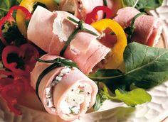 Pour préparer ces roulés de jambon, il vous faudra : des tranches de jambon de Paris ou blanc de poulet, du fromage frais de chèvre, des gousses d'ail, de la roquette, de la vinaigrette, un petit poivron rouge et un petit poivron jaune.