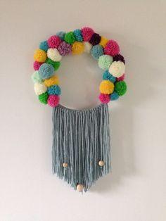 une couronne de pompons façon tissage - Caro Tricote, blogueuse Blog