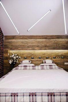 30 inspirations déco pour la chambre : ♡ On aime : La niche lumineuse créée dans la tête de lit en bois + L'esprit chalet et rustique ✐ On retient : Les néons incrustés dans le plafond pour un look plus moderne