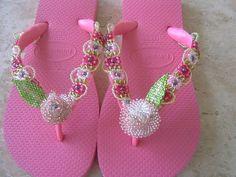 chinelos bordados em missangas e vidrilhos podendo ser feito em varias cores e tamanhos.