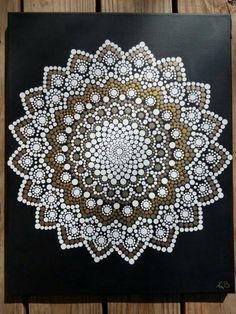 Kaylabreen2017 © tutti i diritti riservati  Dipinti a mano pittura di Mandala fiore Dot -Priorità bassa è un mascherino nero con vernici acriliche sigillate con una vernice -Tela dimensione è 16 x 20 pollici   A causa della natura di ciascuno di questi pezzi di dipinti a mano, contengono tutti i propri singoli perfezioni e imperfezioni che li rende straordinariamente bello. :)  Mandala offerta elementi visivi, che simboleggia lunità e larmonia di bilanciamento e serve come uno strumento nel…