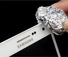 A piece of aluminum foil may change the way you use your phone Roots Book, Organic Vitamins, Natural Beauty Recipes, Homemade Cleaning Products, Cleaning Tips, Life Changing Books, Diy Garden Projects, Natural Home Remedies, Easy Workouts