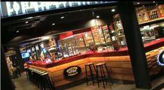 En El Pibe Barcelona lo hacemos especial desde 1974 gracias a nuestros riquísimos bocadillos, frankfurts y un enorme surtido de cervezas de importación.