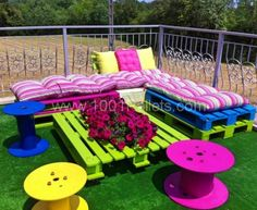 Pallet Outdoor Furniture Outdoor Pallet Seating Ideas - 13 ideas to inspire you to create amazing outdoor seating from old pallets. From the bright and colourful to the simple and rustic, it's all here. Pallet Furniture Plans, Furniture Projects, Kids Furniture, Garden Furniture, Furniture Chairs, Bedroom Furniture, Upcycled Furniture, Unique Furniture, Street Furniture