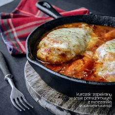Chicken in tomato sauce. Chicken with mozzarella cheese baked in tomato sauce Muscle Food, Baked Chicken Recipes, Tomato Sauce, I Foods, Mozzarella, Food To Make, Cooking Recipes, Chef Recipes, Turkey Recipes